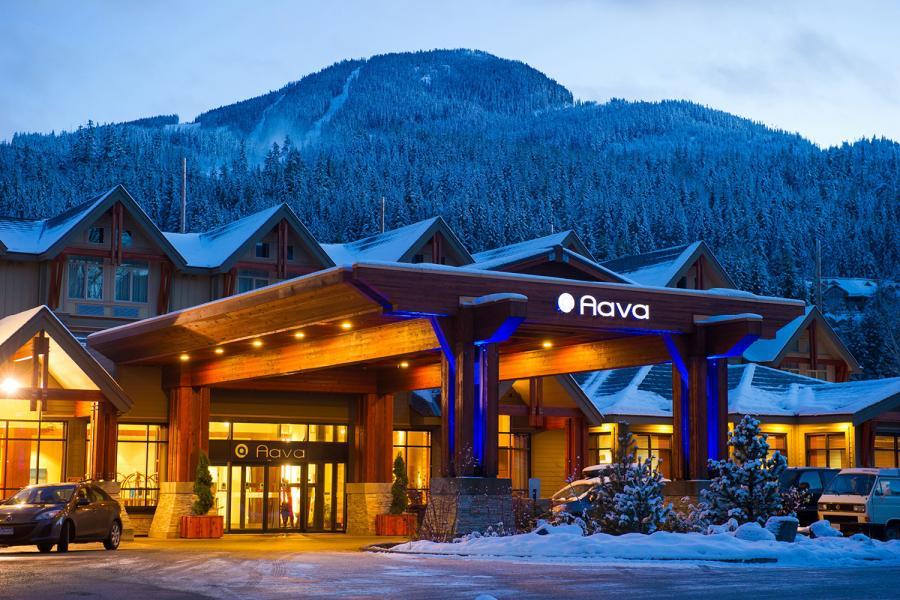 Aava Whistler Hotel - Aussenansicht am Abend im Winter