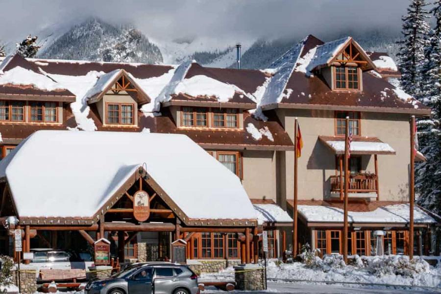 Banff Caribou Lodge - Aussenansicht im Winter