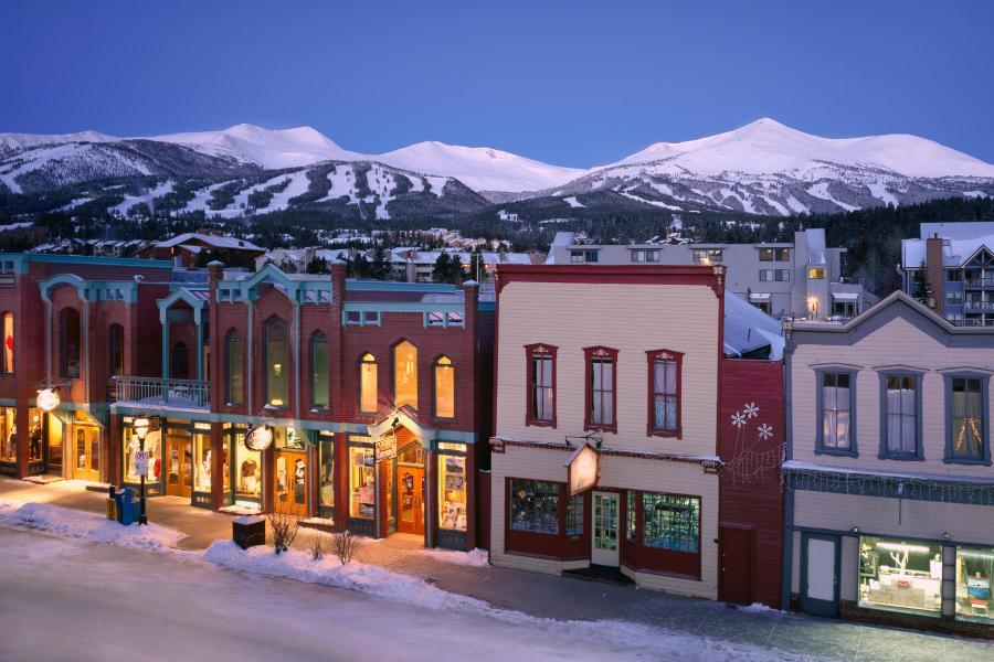 Breckenridge Main Street mit Skigebiet im Hintergrund
