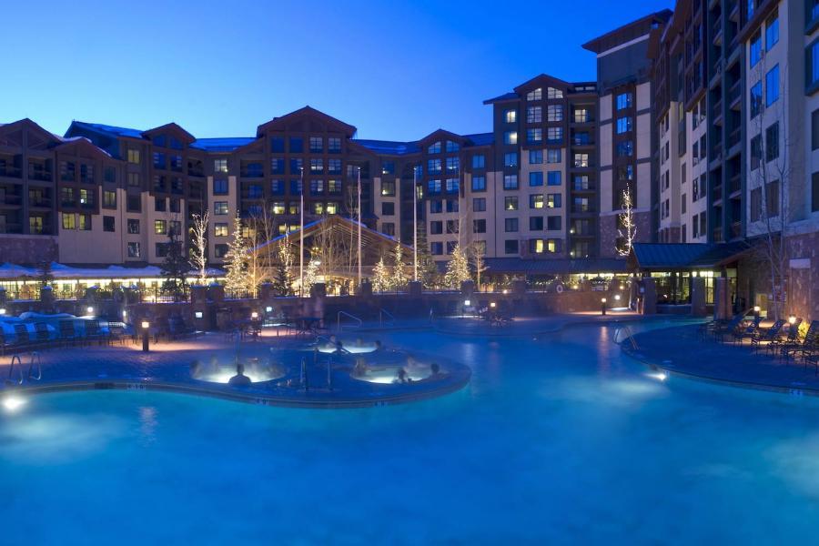 Grand Summit Hotel - Poolbereich am Abend mit Beleuchtung