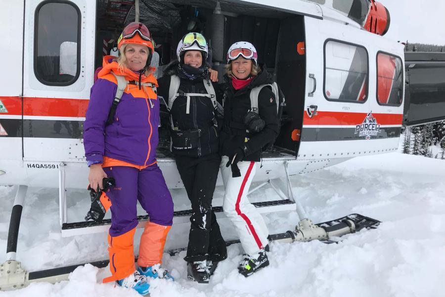 Marion, Claudia und Susanne vor dem Hubschrauber beim Heliskiing mit Purcell