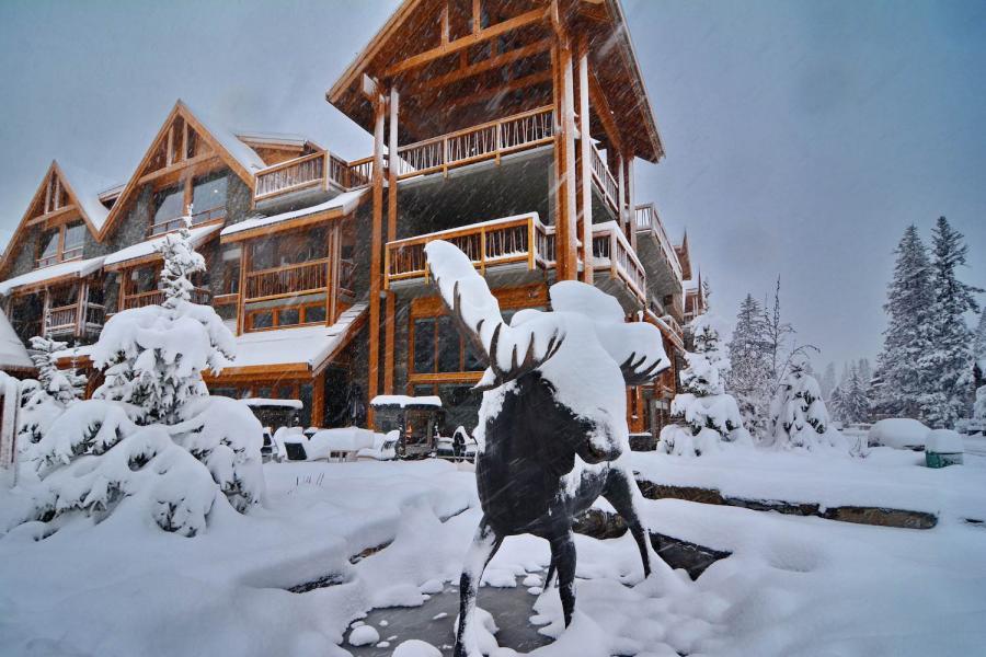 Moose Hotel Banff - Aussenansicht mit Elch im Schneefall