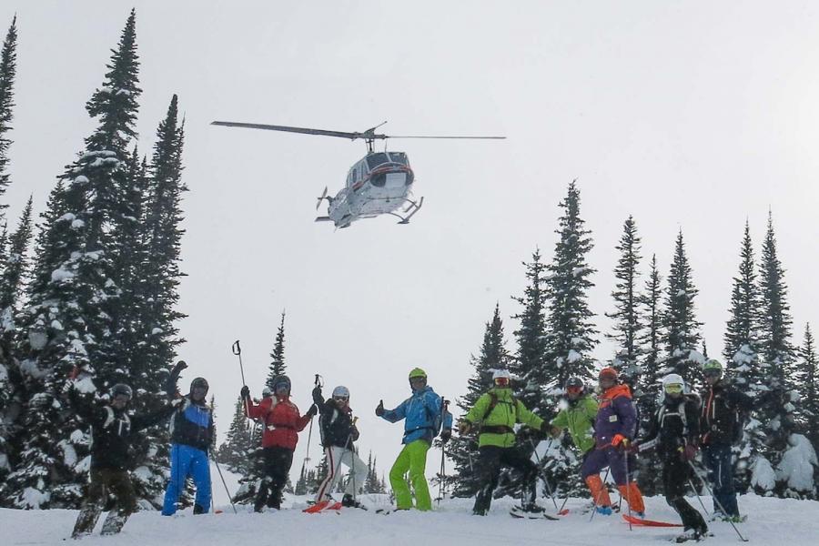 Skifahrer-Gruppe mit Helikopter Fly-Over