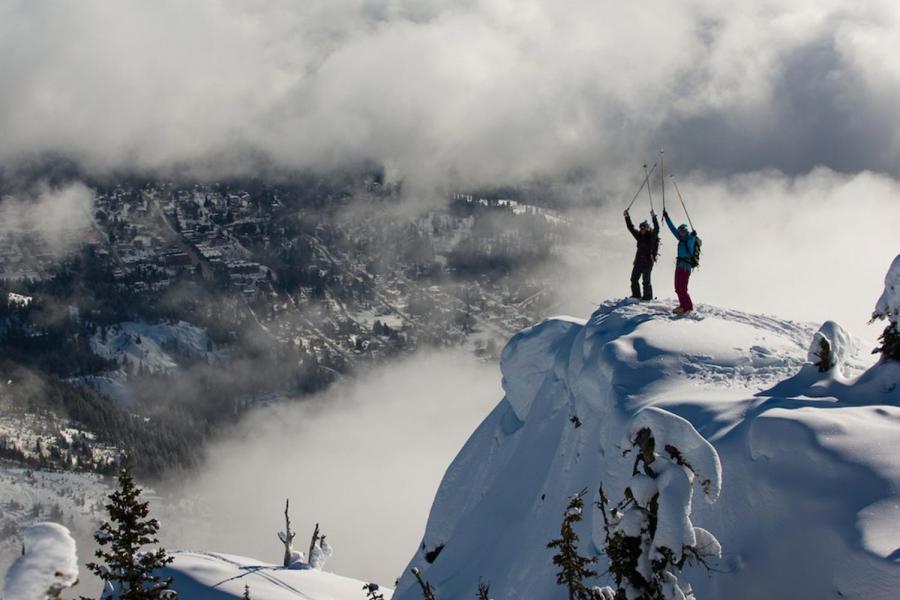 2 Skifahrer auf Klippe oberhalb Rossland