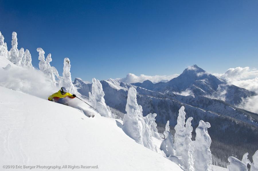 Skifahrer im Pulverschnee in Revelstoke