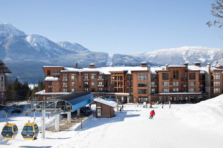 Blick aus dem Skigebiet Revelstoke auf das Sutton Place Hotel