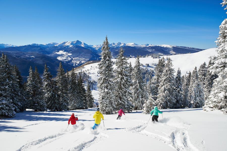 4 Skifahrer abseits der Piste im Skigebiet Vail