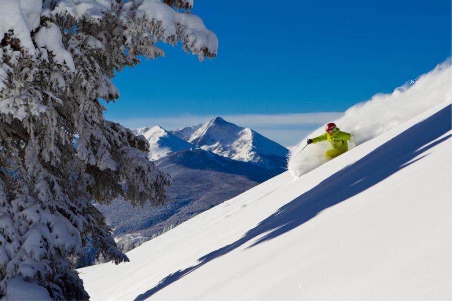 Skifahrer abseits der Piste im Skigebiet Vail