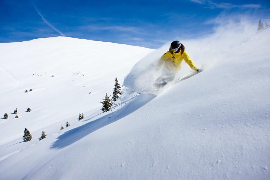 Keystone - Vail Resorts - Snowboarder im Pulverschnee