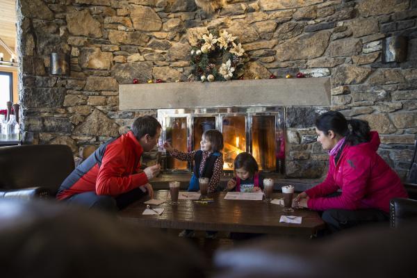 Familie in Banff / Lake Louise vor einem Holzkamin