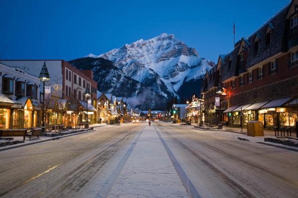 Blick über die Banff Avenue am Abend