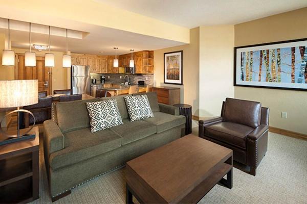 Grand Summit Hotel - 1 Schlafzimmer Apartment - Wohnraum und Küche im Hintergrund