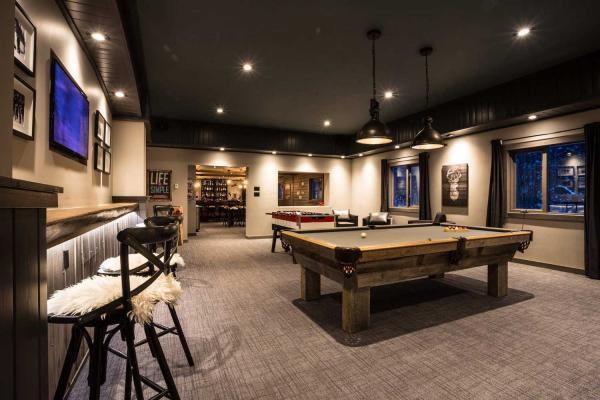 Last Frontier Heliskiing - Bell 2 Lodge - Bar