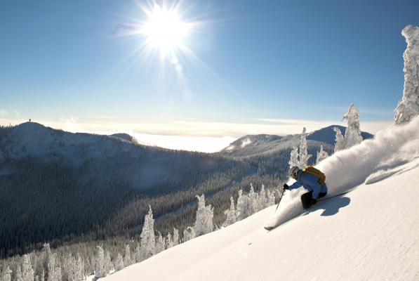 Skifahrer im Tiefschnee
