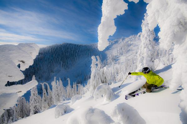 Skifahrer off Piste - Red Mountain Pisten im Hintergrund