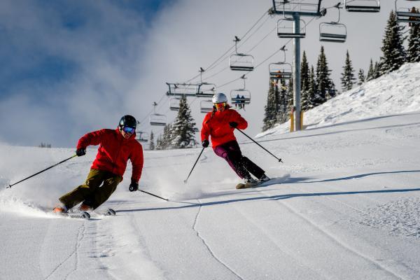 2 Skifahrer auf der Piste im Skigebiet Banff Sunshine