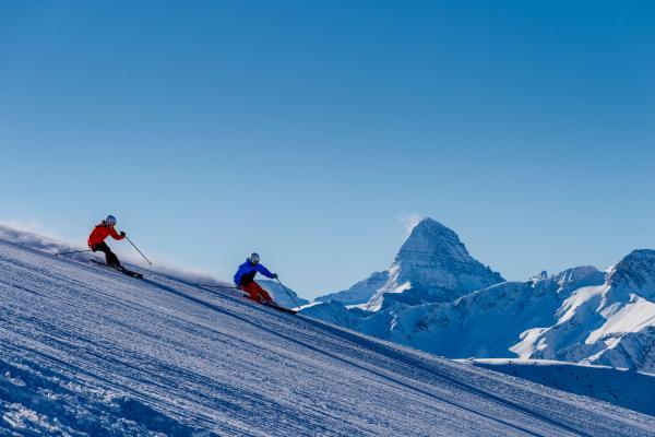 Skifahrer auf der Piste im Skigebiet Banff Sunshine