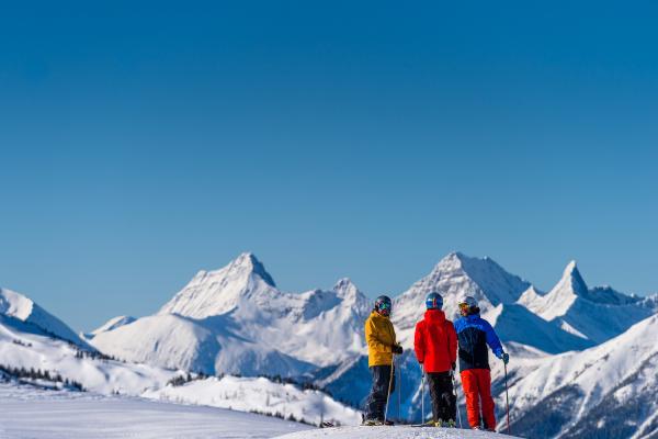 Skifahrer im Skigebiet Banff Sunshine vor beeindruckender Bergkulisse