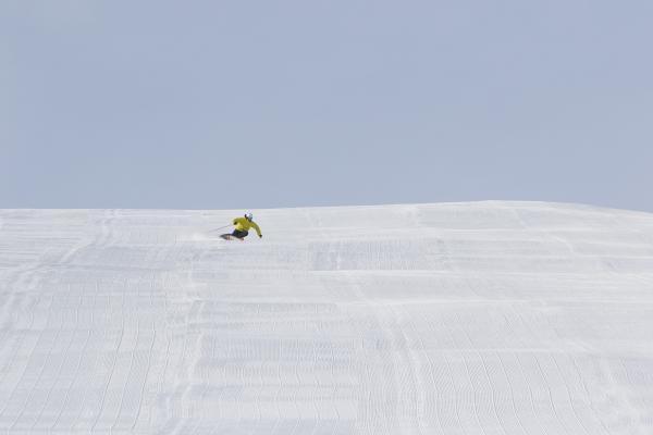 Skier auf gut präparierter Piste