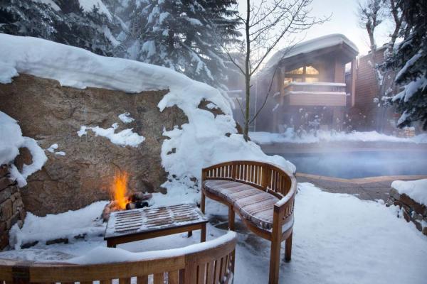 The Gant in Aspen - Blick über den Pool mit Feuerstelle