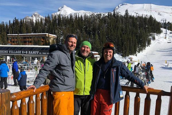 3 Skifahrer auf einer Terasse in Sunshine Village, Banff, Kanada