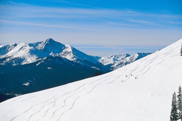 Skifahrer im Pulverschnee in Vail
